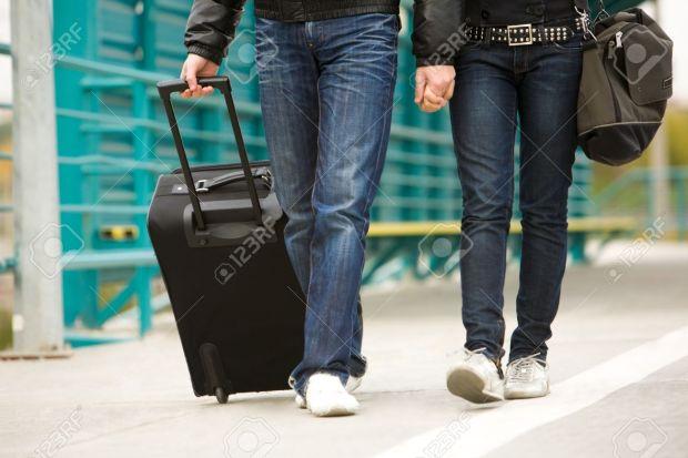 8507886-Image-du-couple-marcher-la-gare-avec-leurs-bagages-Banque-d'images.jpg